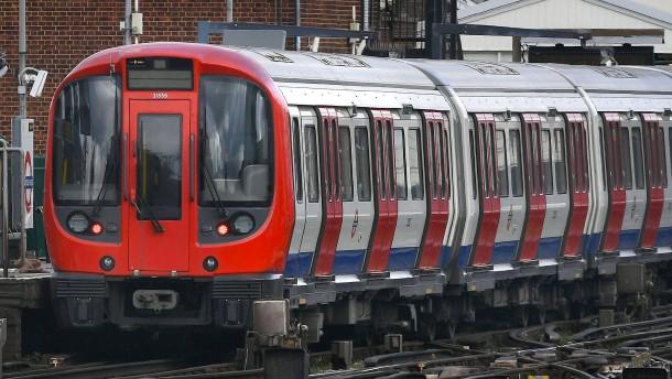 Handy-Ladegerät explodiert in Londoner U-Bahn
