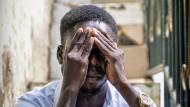Er würde am liebsten im Boden versinken: John sitzt in der nigerianischen Hoffnungslosigkeit fest.