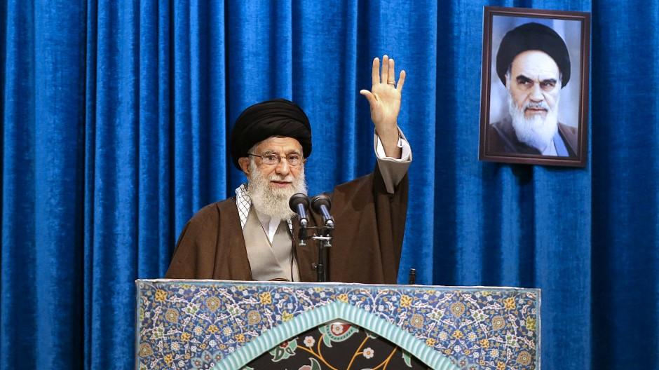 Ajatollah Ali Chamenei, Irans oberster Führer, winkt während der Freitagsgebete vor seiner Predigt den Gläubigen zu.