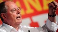 Die Kanzlerin verteile nur Beruhigungspillen, sagte der Kanzlerkandidat am Samstag in München.