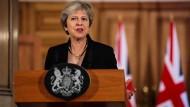 Zurück in der Downing Street tritt Theresa May vor die Presse.