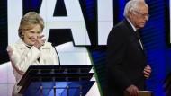 Hillary Clinton und Bernie Sanders während der TV-Debatte der Demokraten.