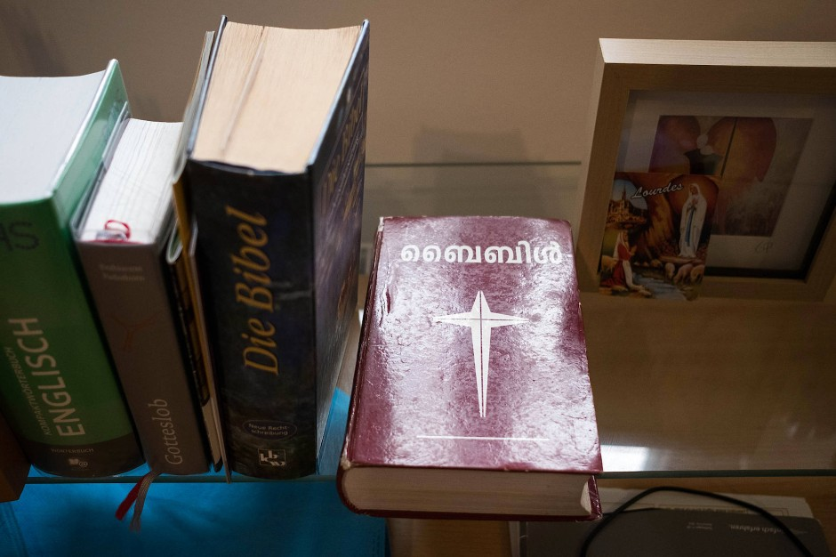 Blick auf eine Bibel in indischer Sprache