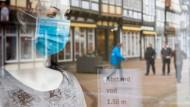 Schaufensterpuppe mit einer medizinischen Maske in Niedersachsen