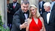 Alles im Blick: Markus Söder und seine Frau Karin 2015 in Bayreuth.