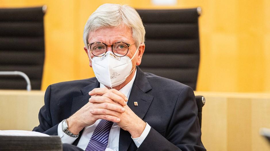 """""""Schnauze voll"""": Volker Bouffier (CDU), Ministerpräsident von Hessen, hier bei der ersten Plenarsitzung im Hessischen Landtag 2021 am 2. Februar, nahm kein Blatt vor den Mund, als er die möglichen Lockerungen ankündigte."""