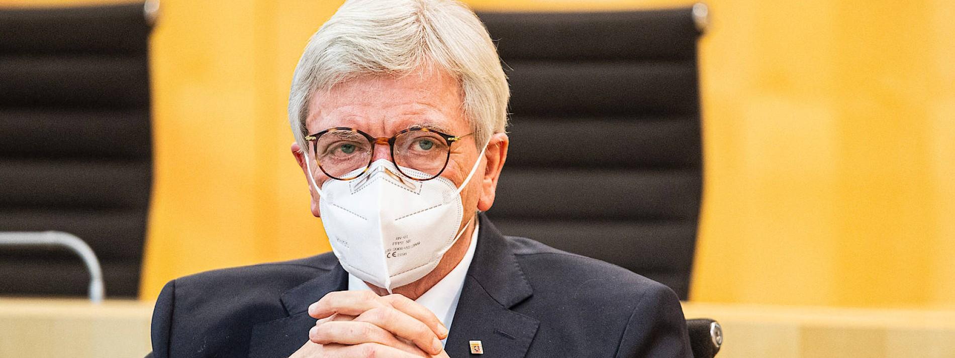Wie Bouffier von der Merkel-Linie abrückt
