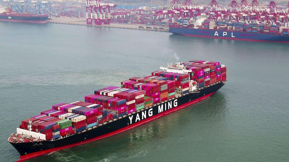 Ein Containerschiff verlässt die Werft in Qingdao in der ostchinesischen Provinz Shandong.