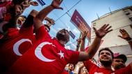 Unterstützer von Recep Tayyip Erdogan jubeln am Rande einer Wahlkampfveranstaltung in Istanbul.