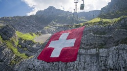 Riesen-Fahne in den Alpen