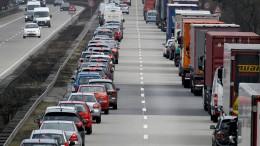 Rettungsgasse missachtet: Autofahrer zeigt sich an