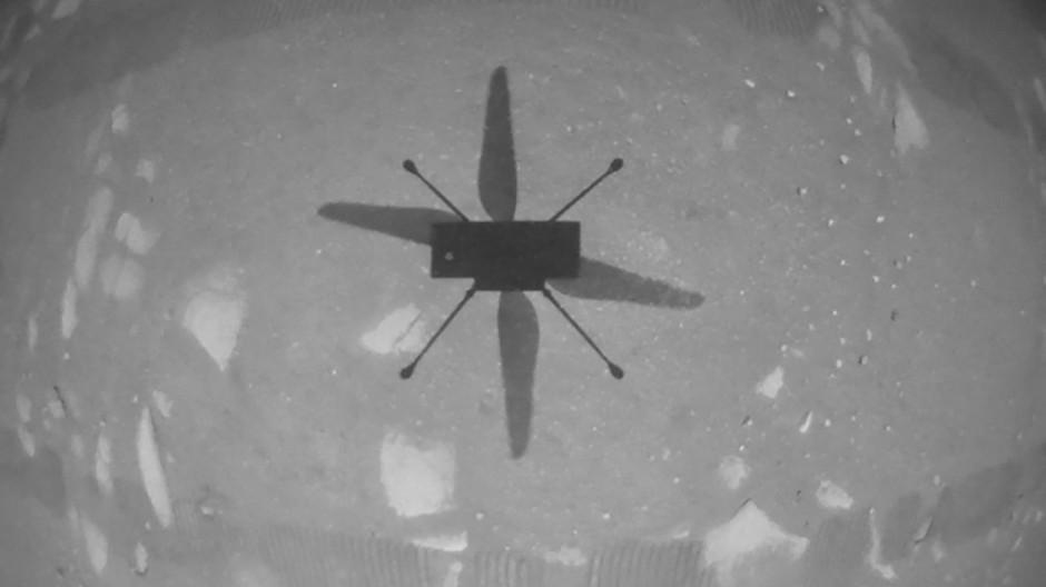 Blick auf den eigenen Schatten: Die nach unten gerichtete Bordkamera von Ingenuity lieferte einen der Belege für den gelungenen Flug.