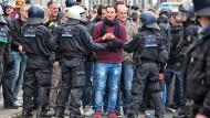 """Eindämmung: Polizisten weisen im April Fans von Eintracht Frankfurt in die Schranken. Sie waren zum Spiel gegen die """"Lilien"""" nach Darmstadt gekommen. Das Einreiseverbot , das die Stadt gegen sie ausgesprochen hatte, war vom Verwaltungsgericht aufgehoben worden."""