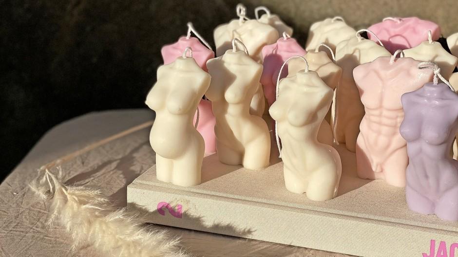 """Die  """"Torso Candles"""" erinnern an eine Antikensammlung."""