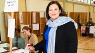 Mary Lou McDonald, die Präsidentin der linksgerichteten Partei Sinn Fein, gibt in Dublin ihre Stimme ab.