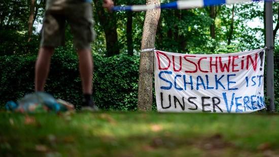 Schalke-Fans protestieren gegen Tönnies