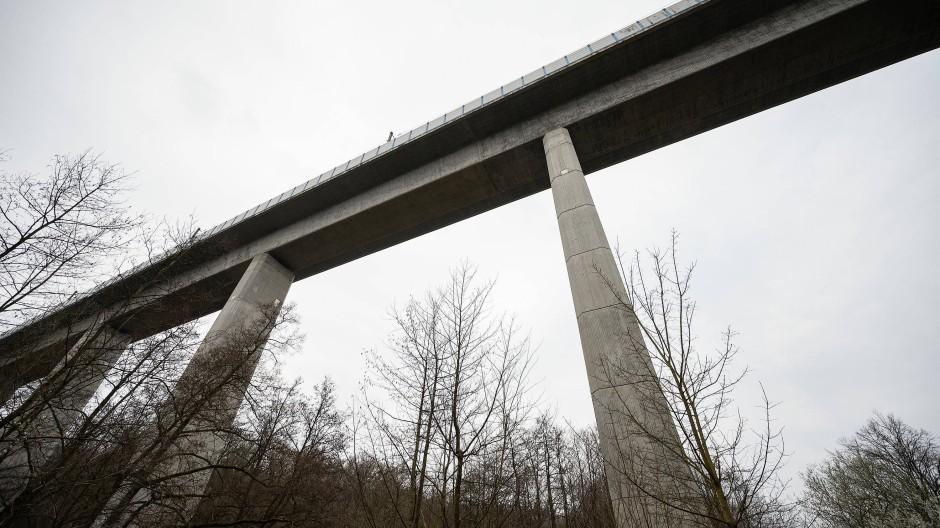 Niedernhausen: Die Teißtal-Brücke mit der ICE-Strecke überspannt das Tal.