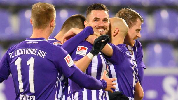 Erzgebirge Aue gewinnt Mittelfeld-Duell gegen KSC