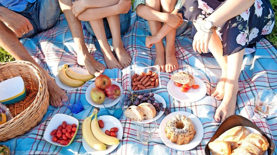 Macht allen Spaß, und nachhaltig ist es auch: Mit Fingerfood fällt bei einem Picknick weniger Müll an.