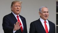 Donald Trump (l.), Präsident der Vereinigten Staaten, begrüßt Benjamin Netanjahu, Ministerpräsident von Israel, im März im Weißen Haus.