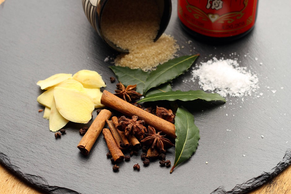 Schon die Gewürze – Ingwer, Lorbeerblätter, Sternanis, Zimtstangen, Szechuan-Pfefferkörner und Salz – duften herrlich.