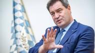 Der Ministerpräsident des Freistaates Bayern beim Interview in der Münchener Staatskanzlei.
