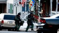 Schwer bewaffnete Polizisten auf der Suche nach dem mutmaßlichen Täter in Pennsburg