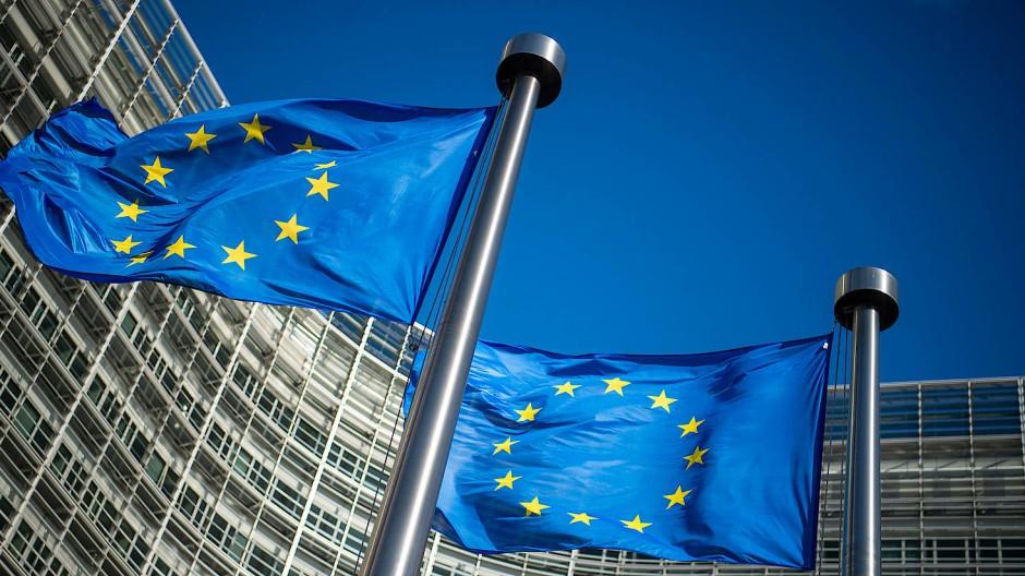Flaggen der Europäischen Union vor dem Berlaymont-Gebäude, dem Sitz der Europäischen Kommission