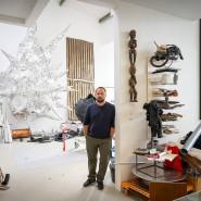 Mit dem Hammer in Form gebracht: Urban Hüter vor einer Arbeit aus Aluminiumblech an der Wand seines Ateliers an der Frankfurter Gwinnerstraße.