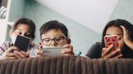 Kinder am Handy: Es fehlt am emotionalen Austausch, sagt die Forscherin.