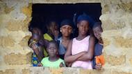Der hilflose Blick: Eine Familie in Liberia beobachtet, wie ein Ebola-Opfer in der Nachbarschaft abtransportiert wird