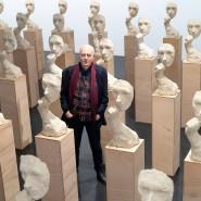 """In Serie gegangen: Vollrad Kutscher inmitten der Terrakotta-Masken, die Teil seiner Installation """"Einatmen Ausatmen"""" sind."""