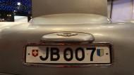 Mit rotierendem Nummernschild: James Bonds Auto, der Aston Martin DB5.