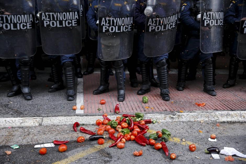 Tomaten, Paprika, Auberginen: Die Bauern werfen mit Lebensmitteln nach den Polizisten.