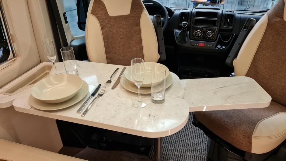 Der Tisch der Halbdinette ist multifunktional. Durch Aufklappen vergrößert sich seine Fläche, sechs Personen finden Platz.