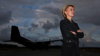 Top Gun im Morgengrauen: Ursula von der Leyen inszeniert sich vor einem Militärflugzeug. Wo sind die Nachfahren von Petra Kelly und Gert Bastian?