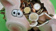 Wenn ein Sparschwein zur Bank gebracht wird, sind laut einem Sparkassensprecher in den meisten Fällen 80 bis 90 Euro drin.