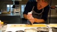 Frank Buchholz bereitet Leberwurst-Ravioli zu