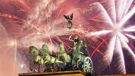 Feuerwerk in Berlin: Silvester ist eine der ganz wenigen Gelegenheiten, zu denen Menschen die Ungewissheit fröhlich begrüßen, statt sie zu fürchten.