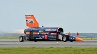 """Das Fahrzeug """"Bloodhound SSC"""" hat am Donnerstag am Flughafen der britischen Stadt Newquay seine erste Testfahrt unternommen."""
