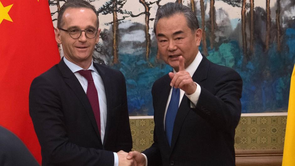 Heiko Maas und Wang Yi treffen sich Ende 2018 in Peking.