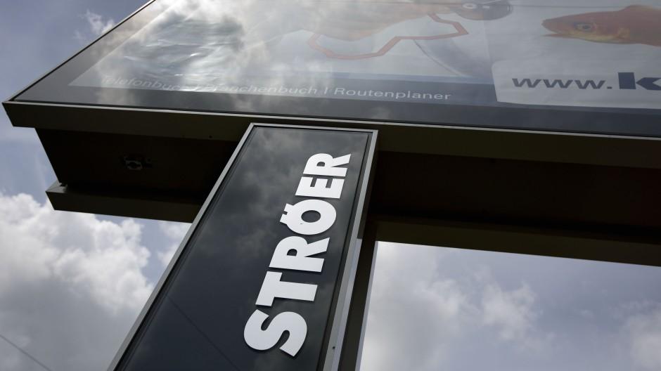 Eine Reklametafel der Firma Ströer an der Mainzer Landstraße in Frankfurt