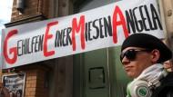 Hier ist die Kreativwirtschaft am Werk: Mehrere tausend Menschen Demonstrieren gegen die Tariferhöhung der GEMA. Ihre Plakate zieren vor allem Wortspiele