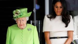 Die Queen gedenkt in Grün der Grenfell-Opfer