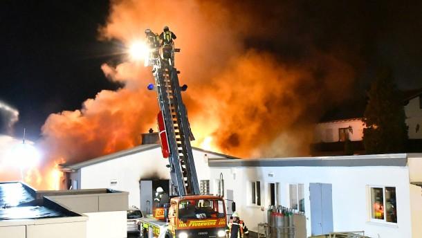 170 Feuerwehrleute bekämpfen Großbrand in Schreinerei