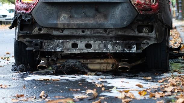 Jugendliche zünden Dutzende Autos an