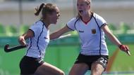 Was für eine Freude! Lisa Altenburg (links) feiert ihren Treffer gegen die Vereinigten Staaten mit Franziska Hauke.