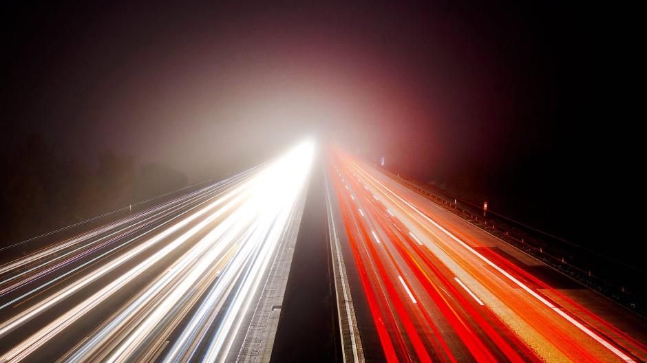 Frühmorgens auf der Autobahn: Hier wird viel Benzin verfahren.