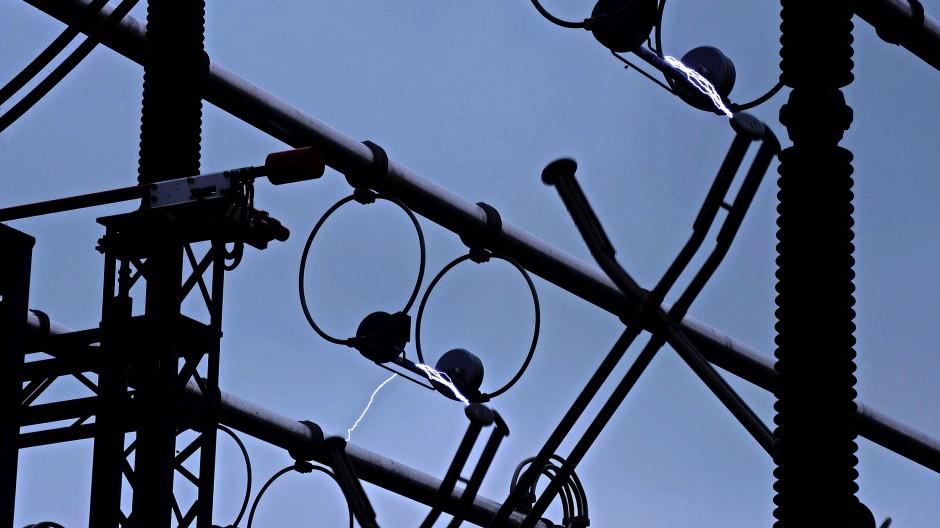Licht ins Dunkel: Das Funktionieren unserer Gesellschaft hängt ab vom Puls des Stroms. Um ihn zu erhalten, muss das Netz, vom kleinsten Schaltkreis bis zum Großkraftwerk, sein Gleichgewicht halten.