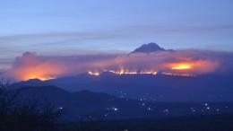 Bergsteiger verlassen fluchtartig brennenden Kilimandscharo